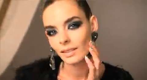 Dark denim: How to apply a navy smoky eye