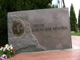 Kim Dae-jung visits the Oregon Korean War Memorial