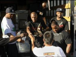 Floyd Mayweather, crew feed needy Las Vegas residents
