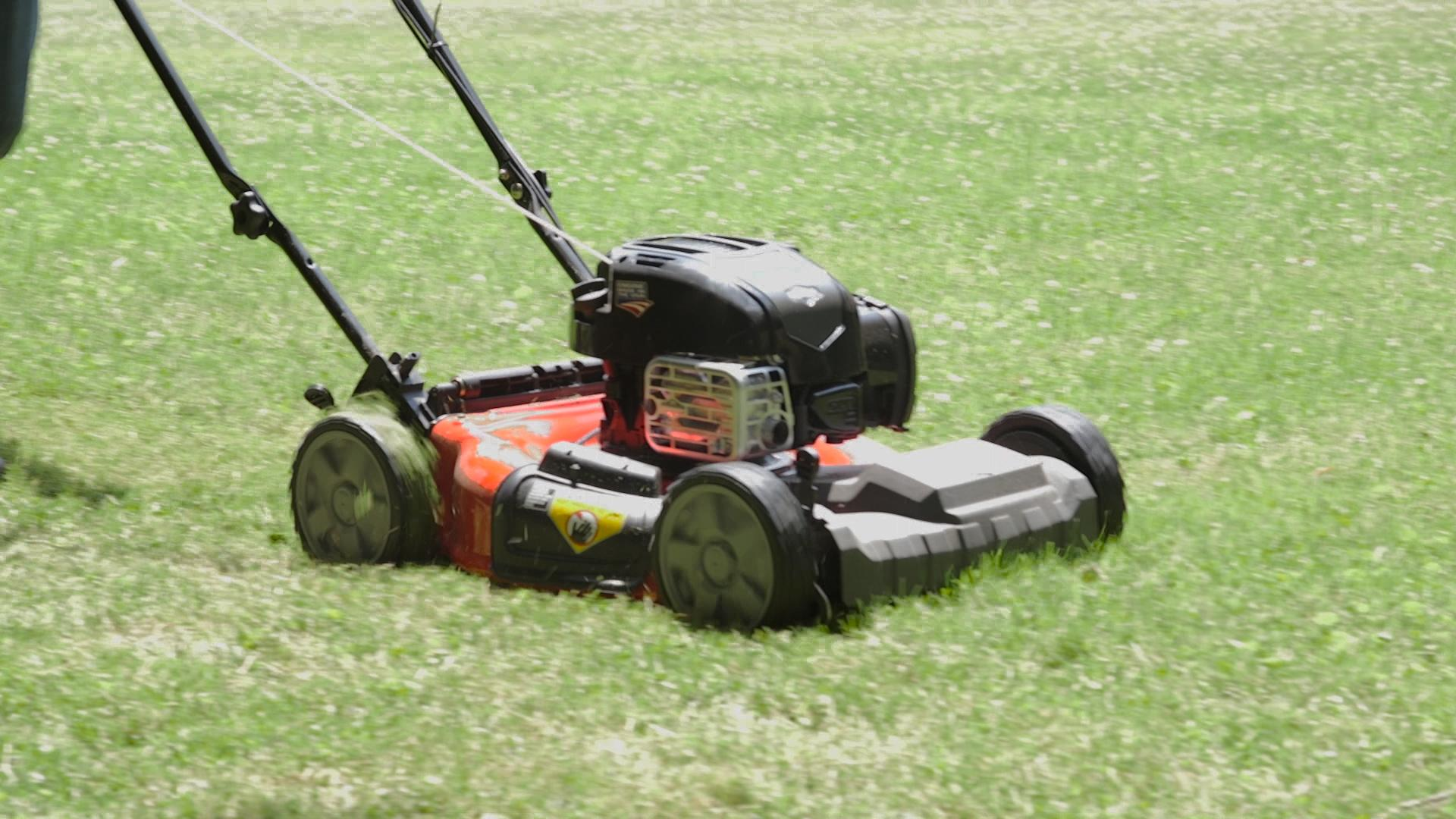 How to cut grass in hot weather and keep it green for Lawn mower cutting grass